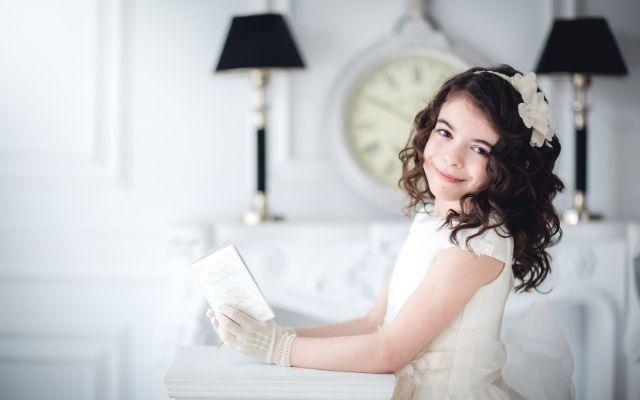 プリメラ・コムニオンの衣装を着た女の子