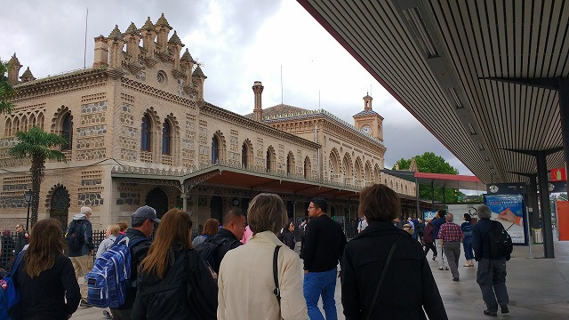 トレドの駅に着く観光客