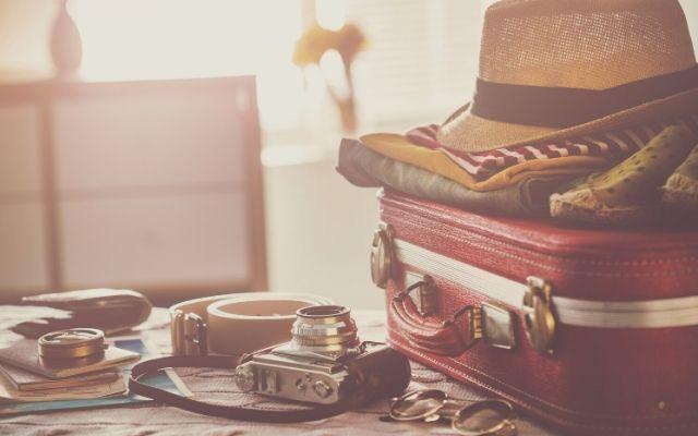 スーツケースと旅行の持ち物