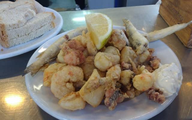 マラガの市場の魚のフライ