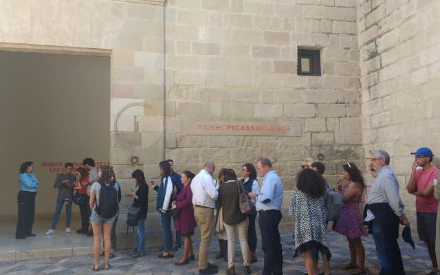 マラガのピカソ美術館前
