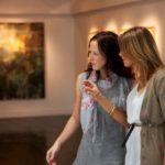美術館鑑賞する観光客