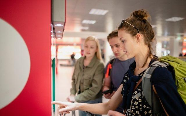 電車のチケットを買う観光客