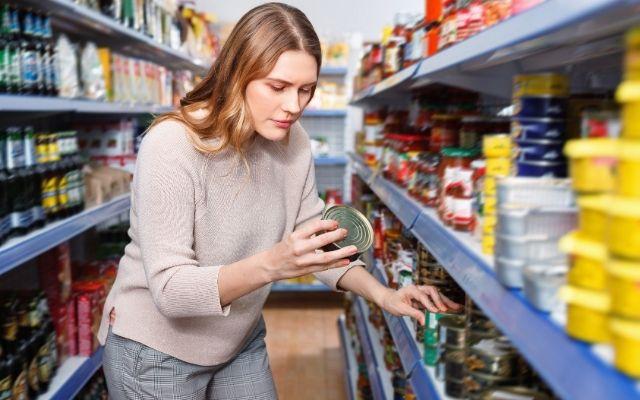 缶詰を選ぶ女性