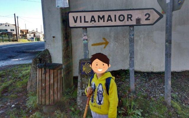 巡礼の標識前に立つ子供