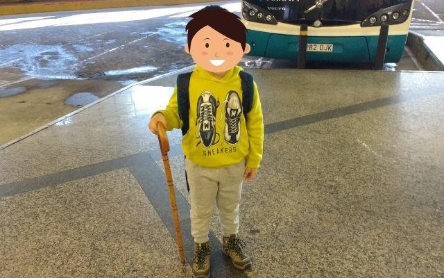 巡礼の杖を持つ子供