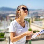 旅行で地図を持つ女性