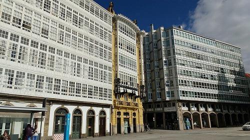Galeriasと黄色い建物