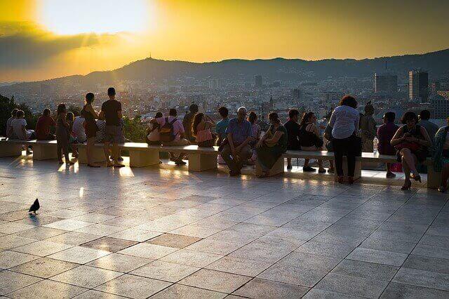 Barcelonaで夕日を見る観光客