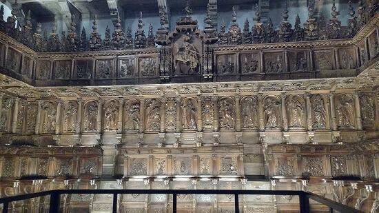サン・マルティン・ピナリオ修道院レタブロ裏の聖歌隊席