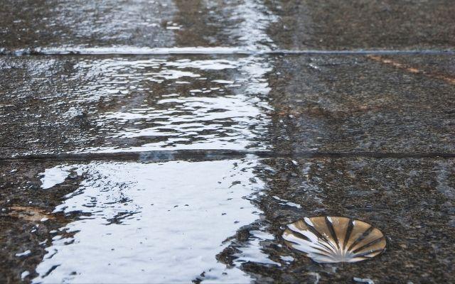 雨の日のサンティアゴ旧市街通り