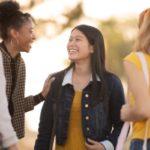 友達と話す留学生