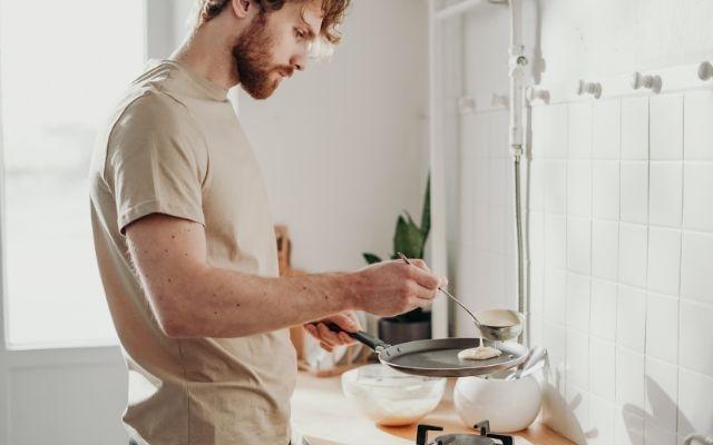 自炊、料理する男性