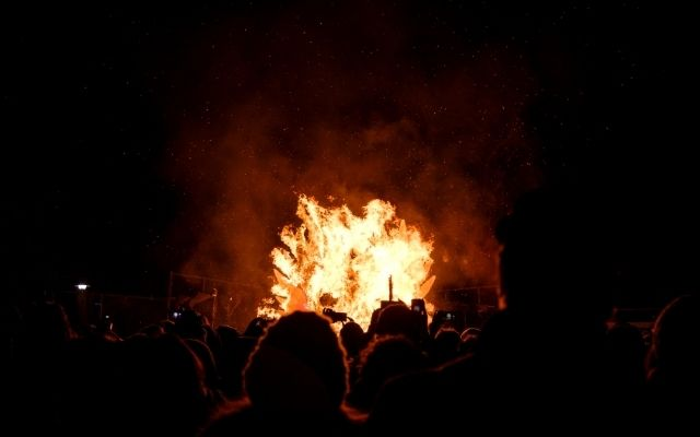 燃え上がる火を見る人々