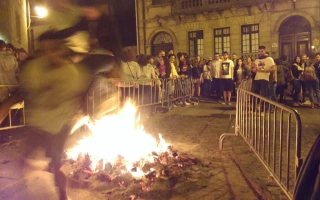 サンフアンの前夜に焚火を飛ぶ人