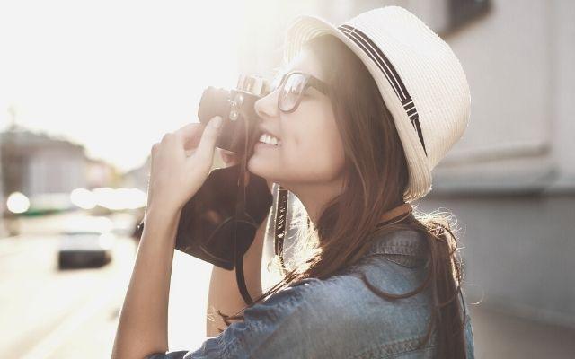 旅行で写真を撮る女性