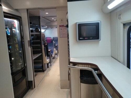 自動販売機と荷物置き場