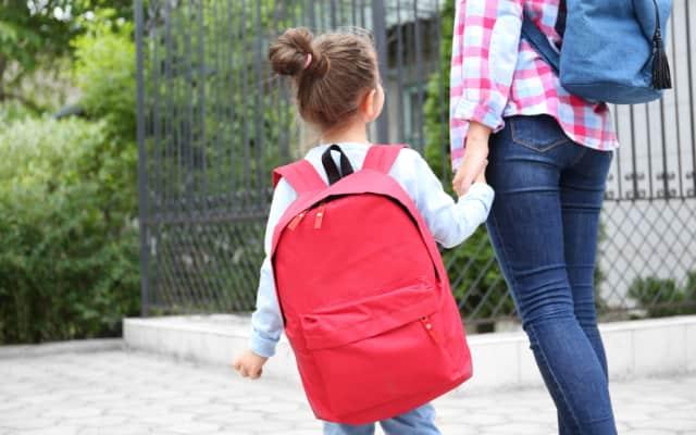 学校へ行く子供