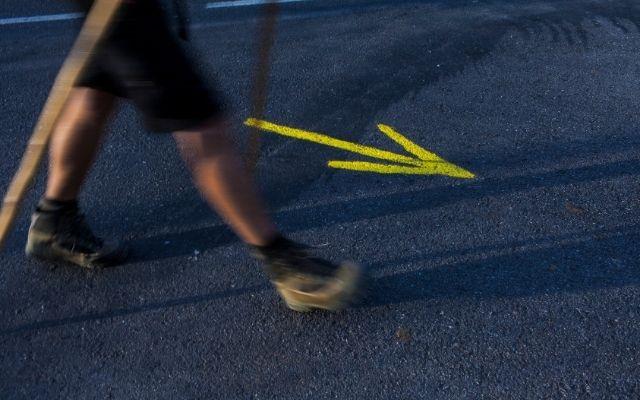 矢印に方向に歩く人