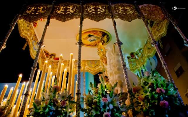 セマナサンタのマリア像の山車