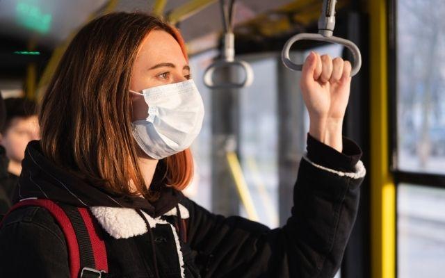 マスクをする女子学生
