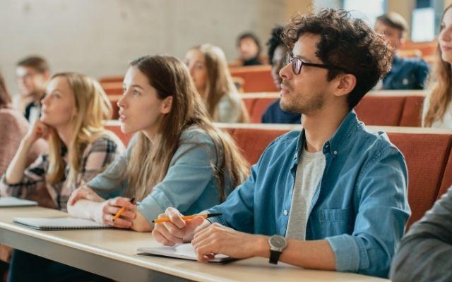 大学で授業を受ける学生たち