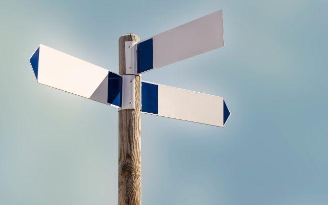 2つの方向を示す看板