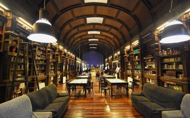 あなたの残した混沌の高校の図書館