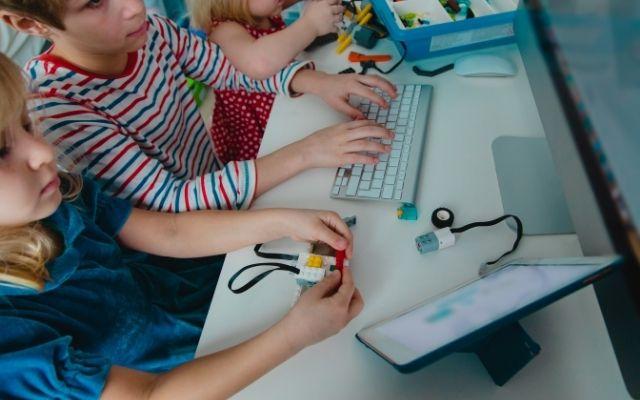 プログラミング中の子供たち
