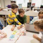 プログラミングの授業を受ける子供たち