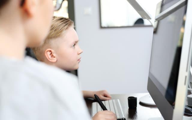 オンライン授業に参加する親子